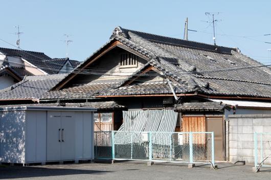 錣(しころ)葺き屋根の家屋 阪...